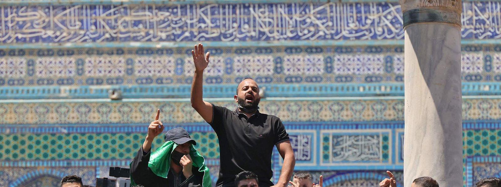 Beim Freitagsgebet auf dem Jerusalemer Tempelberg rufen Palästinenser Unterstützungsbotschaften für die radikalislamische Hamas.