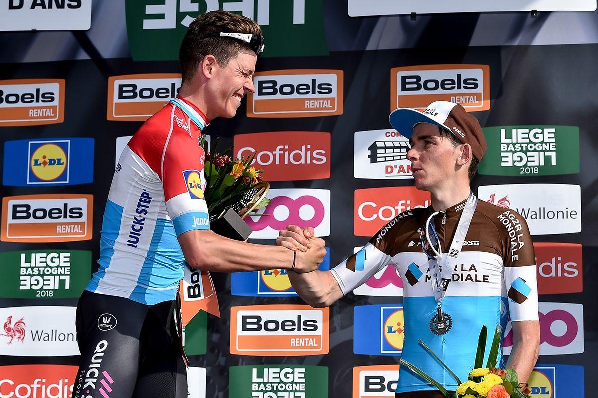 Romain Bardet (F/Ag2r) gratuliert Bob Jungels (Quick-Step).