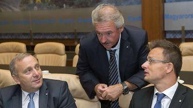 Asselborne à conversa com o ministro húngaro dos Negócios Estrangeiros, à direita na foto