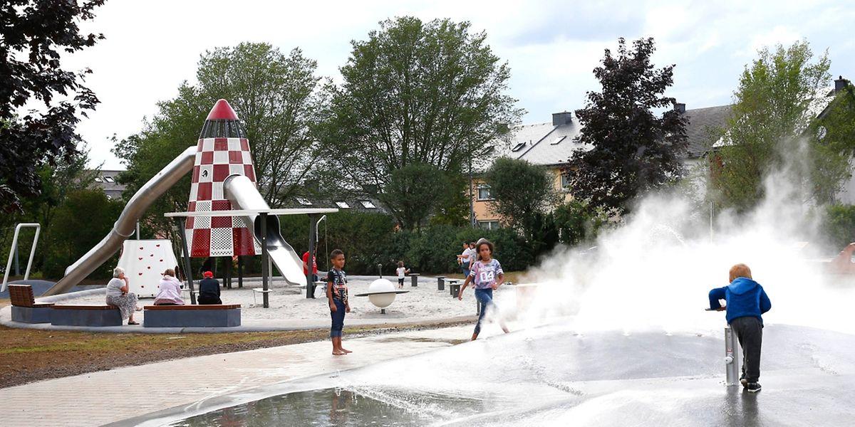 Erst mit der Rakete ins Weltall, dann eine Abkühlung bei den Wasserspielen – im Park Kaltreis in Bonneweg ist für Abwechslung gesorgt.