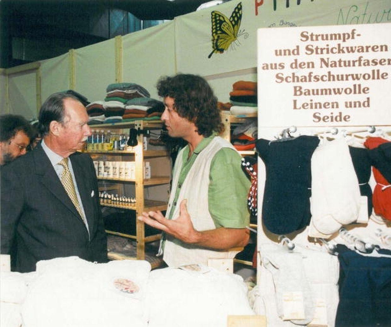 """Auf seinem Rundgang durch die Messehallen wurde Großherzog Jean 1997 von Marco Schank, Präsident des ,,Oeko-Fonds"""", Théid Faber, Präsident des ,,Mouvement écologique"""", und FIL-Direktor Mathias Treinen begleitet."""