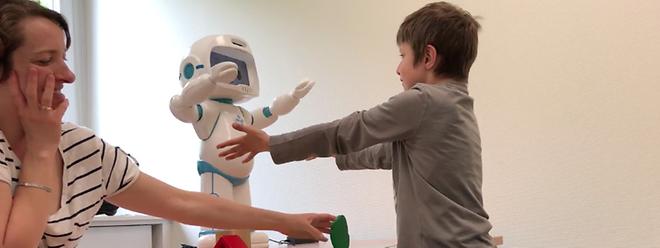 En apprenant au contact d'un robot, l'enfant autiste est plus réceptif parce qu'il est déjà plus attentif de manière générale.