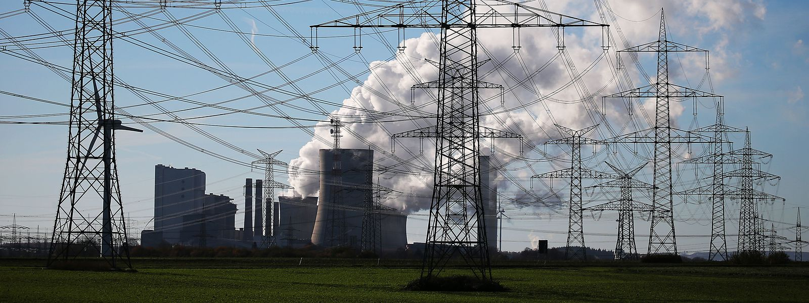 Dampf steigt aus dem Braunkohlekraftwerk Niederaußem des Energieversorgungskonzerns RWE bei Bergheim.