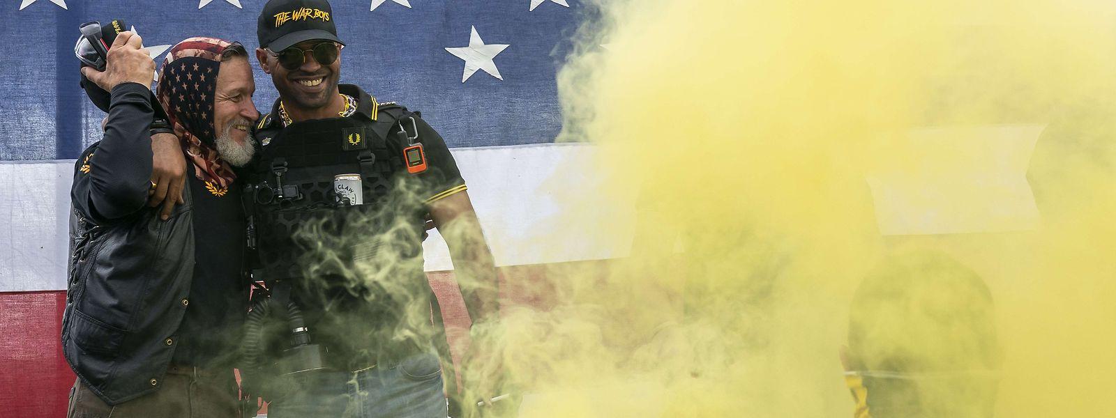 Elementos da milícia de extrema-direita Proud Boy. Num comício a 26 de setembro em Portland.