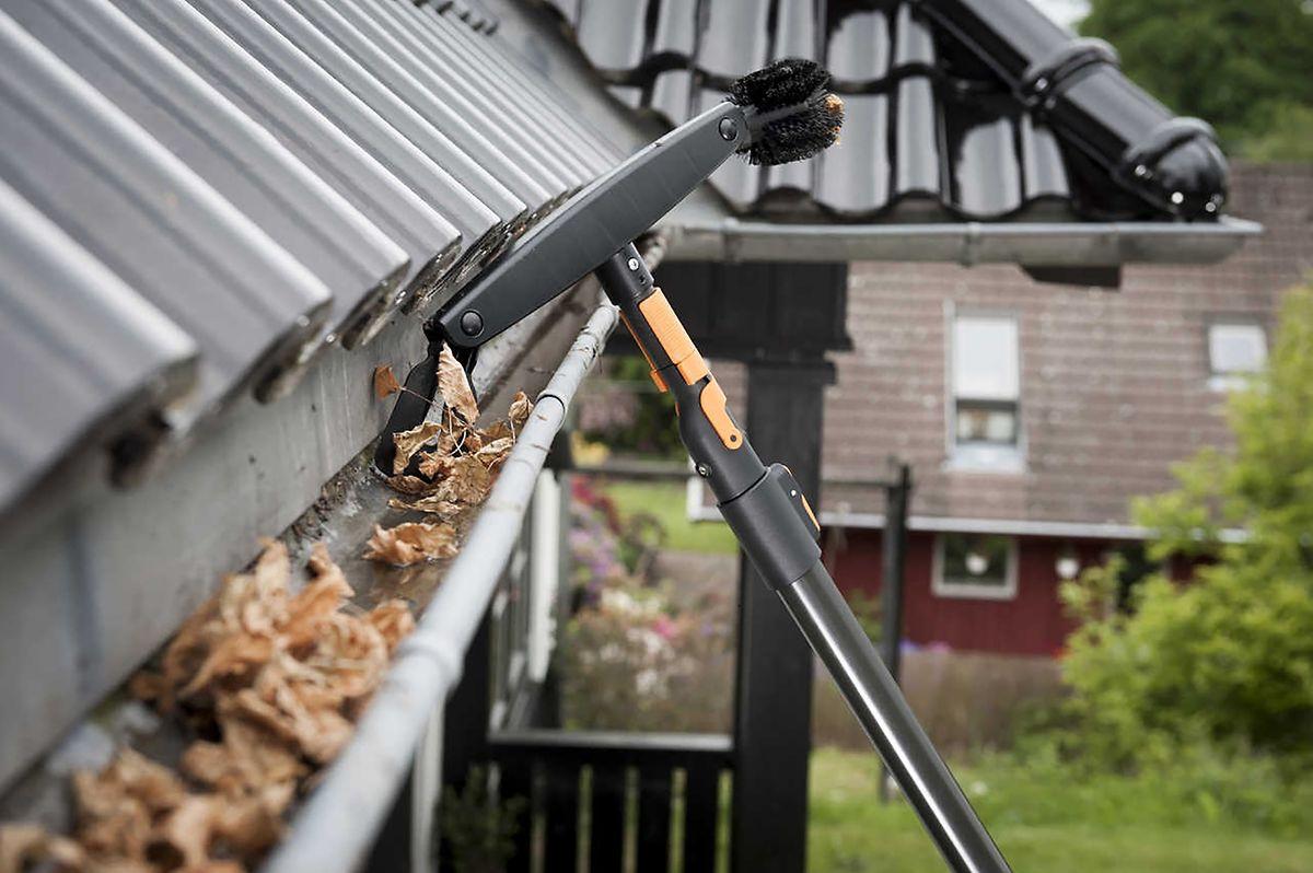 tipps für hausbesitzer: herbstlaub verstopft die regenrinne