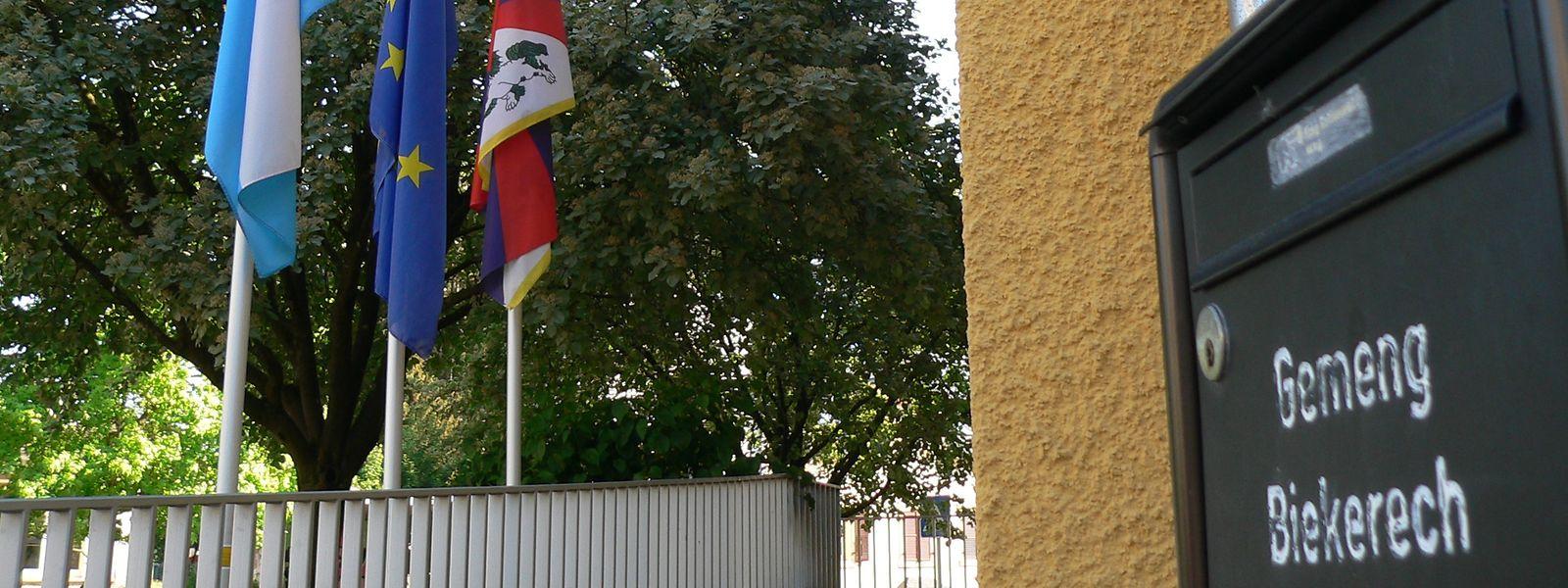Vor dem Rathaus in Beckerich hängen die Fahnen nach dem Tod Camille Giras auf Halbmast.