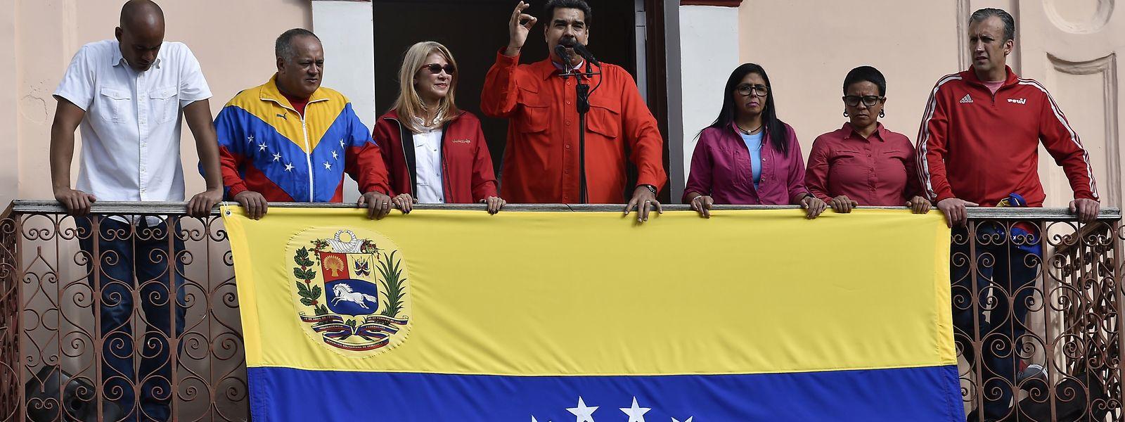 Nicolás Maduro (Mitte) bei der Ansprache an seine Unterstützer.