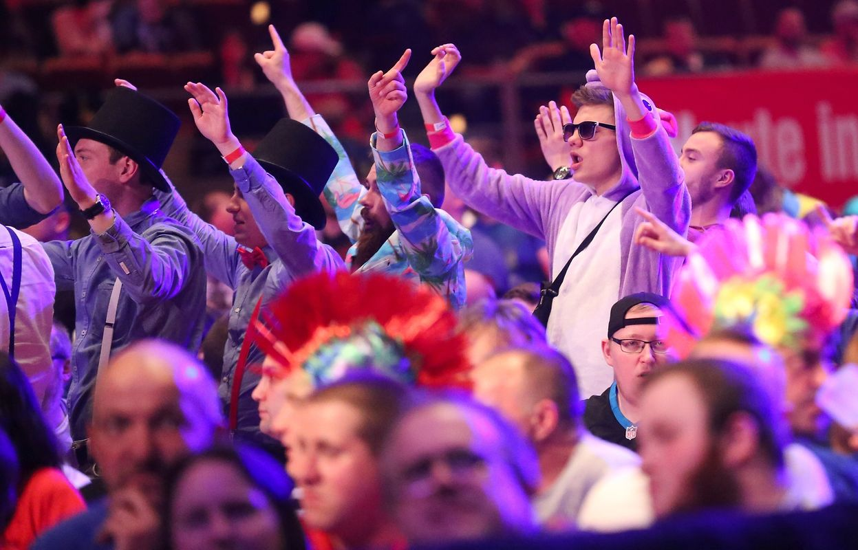 Verkleidete Zuschauer gehören fest zum Darts.