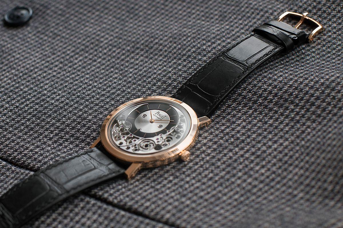 """Gerade mal zwei Millimeter hoch war das weltweit flachste Uhrwerk mit Handaufzug, das Piaget 1957 vorstellte. Zum 60. Geburtstag der """"Altiplano""""-Kollektion und ihres 9P-Kalibers stellt die """"Altiplano Ultimate Automatic"""" mit 4,3 Millimetern einen neuen Rekord als flachste Uhr der Welt mit Automatikaufzug auf. Uhrwerk und Gehäuse sind als eine Einheit konzipiert. Das Gehäuse dient als Grundplatine für die 219 auf das Wesentliche reduzierten Bauteile, von denen manche kaum dicker als ein Haar sind."""