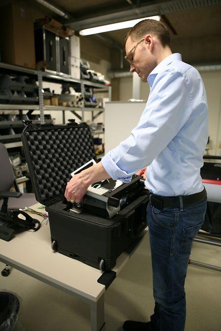 Le p.-d.g. de VibrationMaster, Morten Schiff, prépare la commande pour le SpaceX