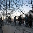 Der US-Grenzschutz schloss am Montag den Übergang San Ysidro und installierte Betonbarrieren und Stacheldrahtrollen.