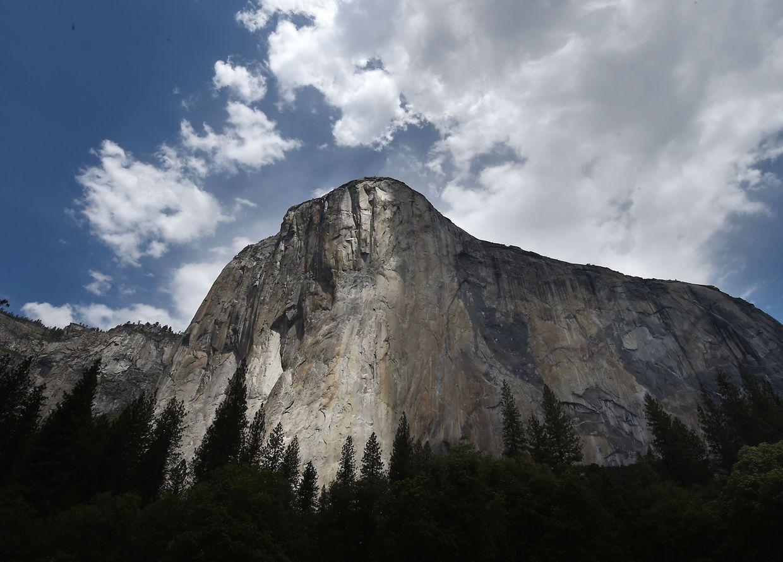 Alex Honnold (em baixo) tornou-se o primeiro alpinista a escalar a parede de granito conhecida como 'El Capitan' no Parque Nacional de Yosemite, na Califórnia, EUA, sem cordas. A parede tem 900 metros de altura e atrai todos os anos amantes de escalada ao local.