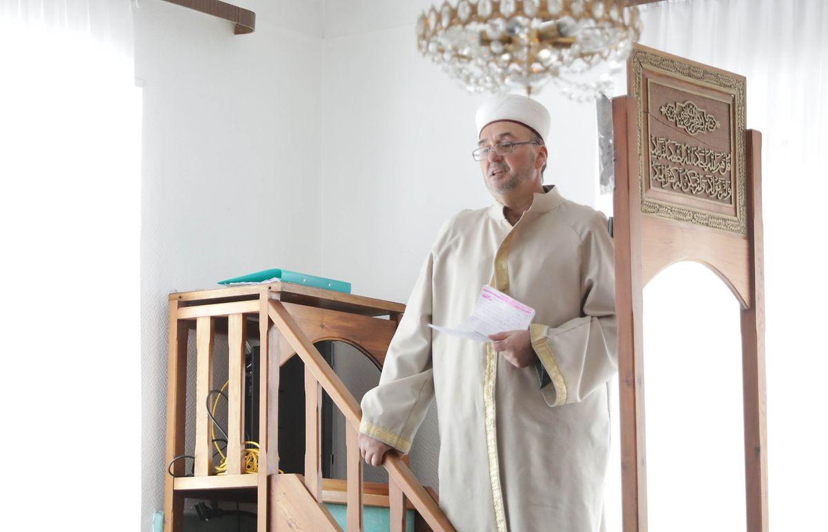 L'imam Halil Ahmetspahic lors d'un sermon à la mosquée du Centre culturel islamique du Grand-Duché de Luxembourg à Mamer.