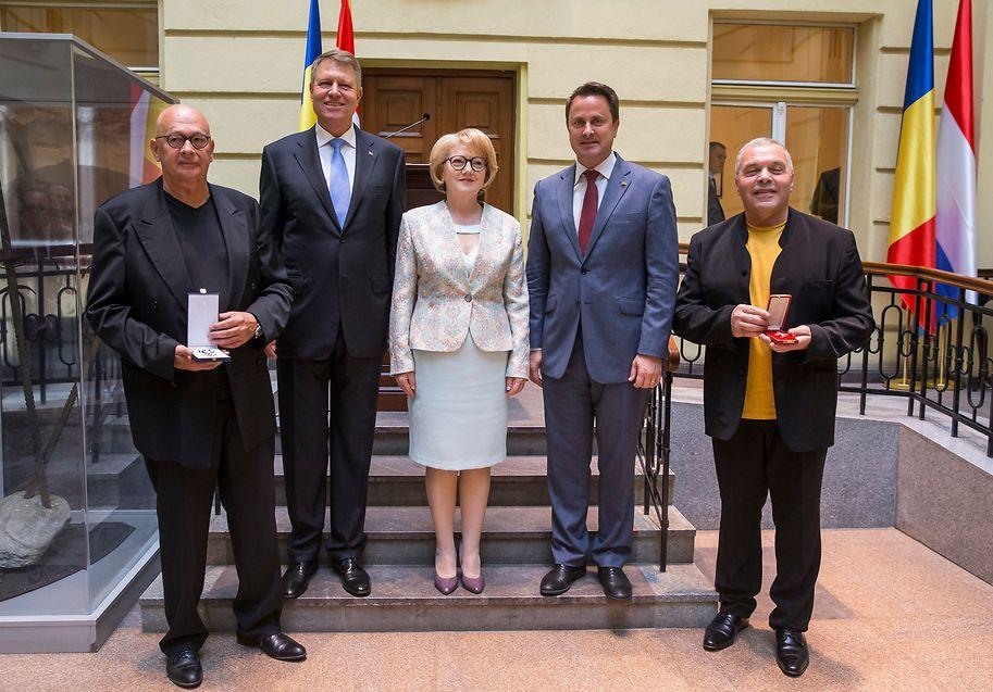 Kunst mit Signalwirkung: Die Theaterregisseure Charles Müller (l.) und Constantin Chiriac (r.) wurden für ihr grenzüberschreitendes Engagement gewürdigt. Die Zeremonie mit dem rumänischen Staatspräsidenten Klaus Iohannis, Bürgermeisterin Astrid Fodor und Luxemburgs Premierminister Xavier Bettel fand im Rathaus von Sibiu statt.