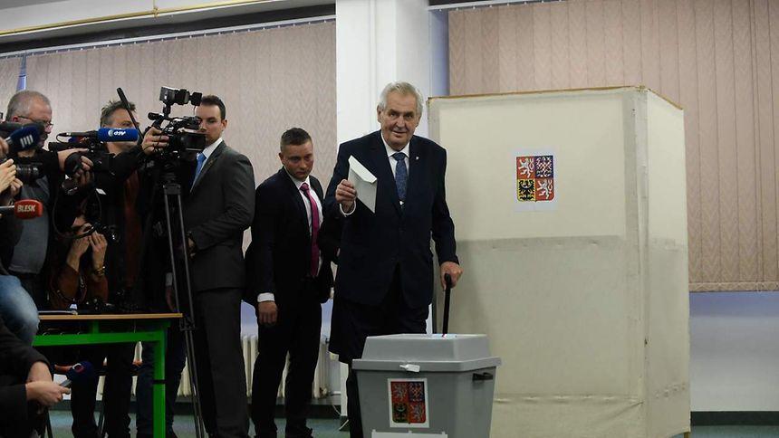 Milos Zeman obtient 38,98% des suffrages, selon des résultats quasiment définitifs.