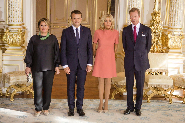 Photo officielle du couple Macron avec le grand-duc Henri et la grande-duchesse Maria Teresa au palais