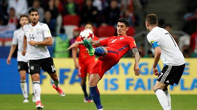 Soccer Football - Germany v Chile - FIFA Confederations Cup Russia 2017 - Group B - Kazan Arena, Kazan, Russia - June 22, 2017   Chile's Pablo Hernandez in action with Germany's Julian Draxler    REUTERS/Maxim Shemetov