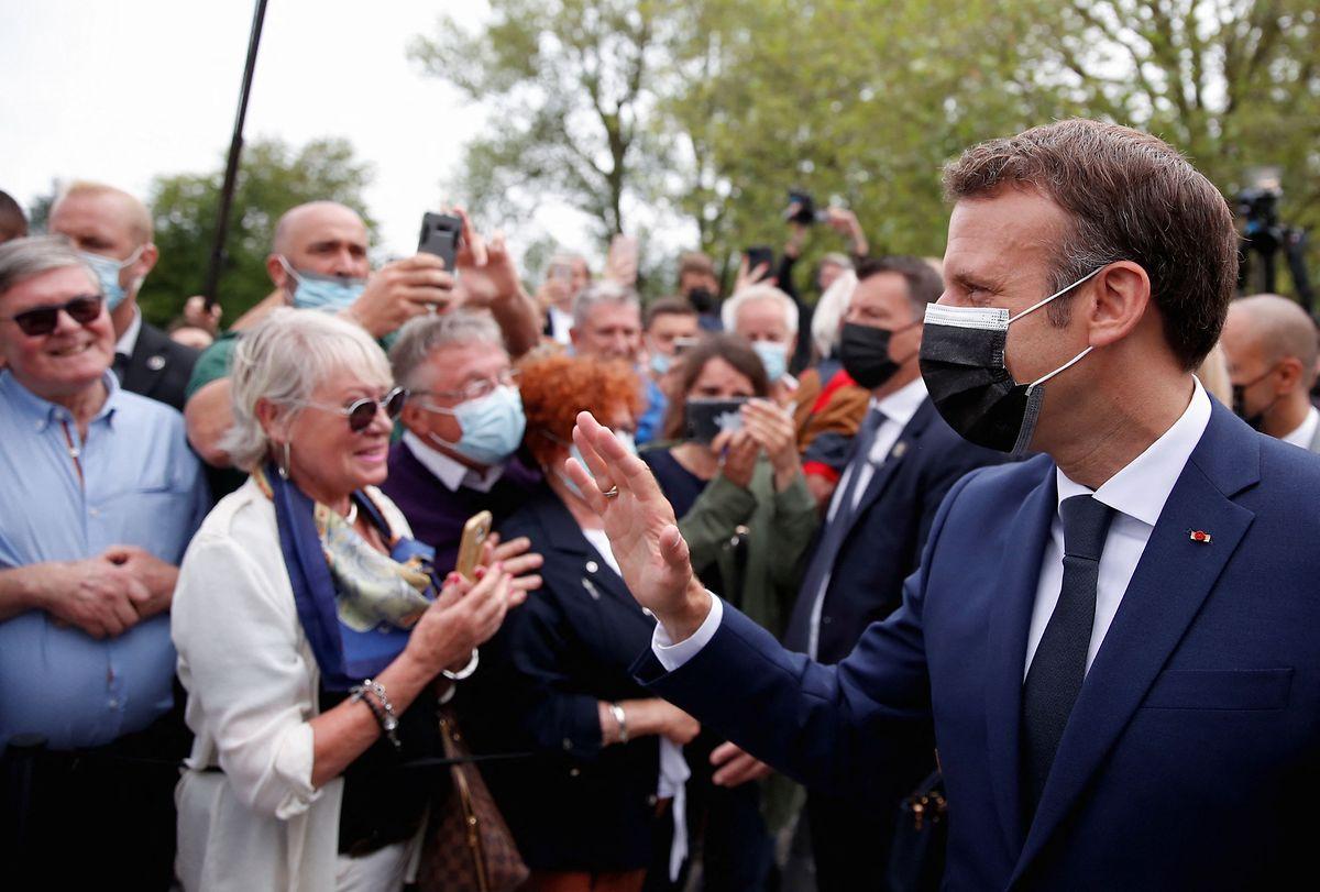 Die Partei von Präsident Emmanuel Macron (r) ist in der ersten Runde abgestürzt.
