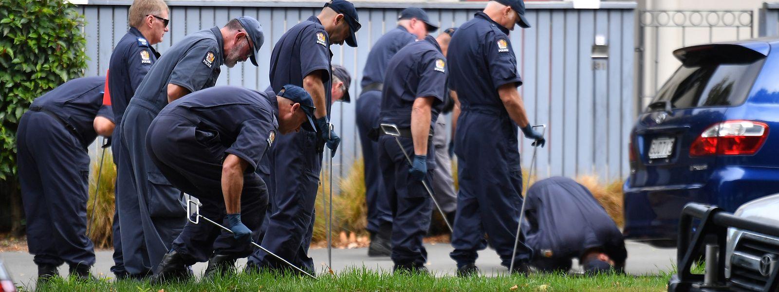 Polizisten suchen nach Beweisen in der Nähe der Al-Nur-Moschee.