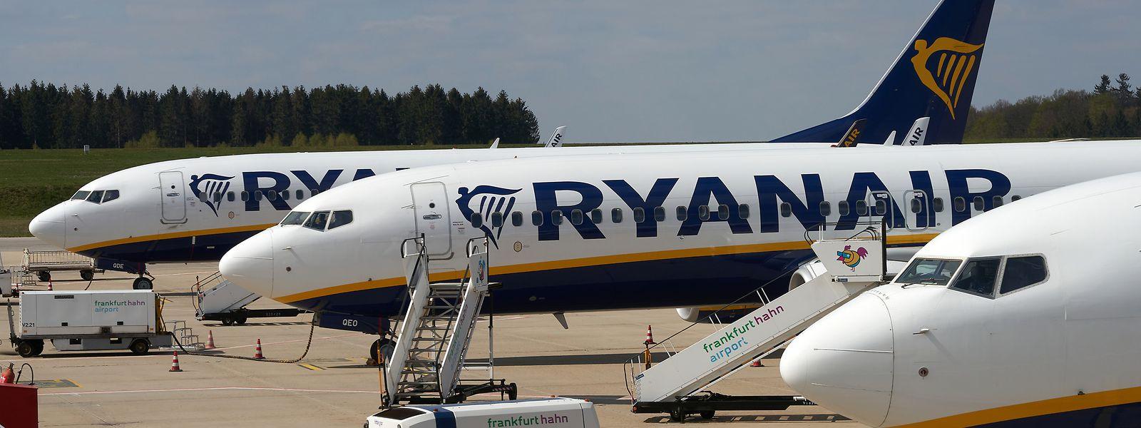 Maschinen des irischen Billigfliegers Ryanair stehen vor dem Passagierterminal des Flughafens Hahn.