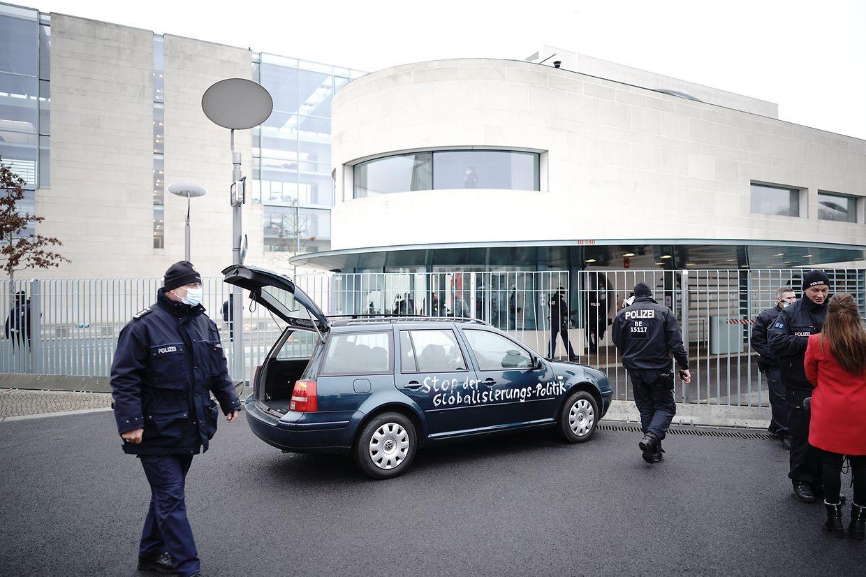 Ein Auto steht vor dem Tor des Bundeskanzleramts.