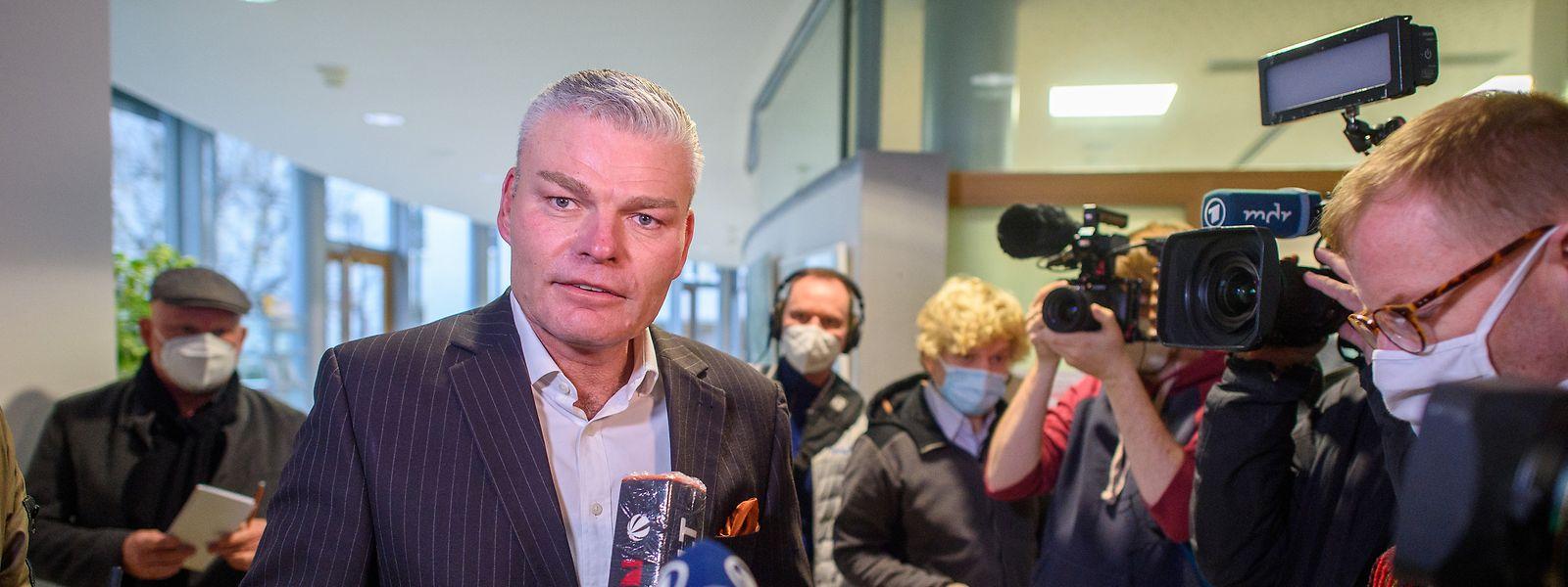 Holger Stahlknecht verlässt nach der CDU-Fraktionssitzung den Saal und gibt wartenden Medienvertretern ein Statement.