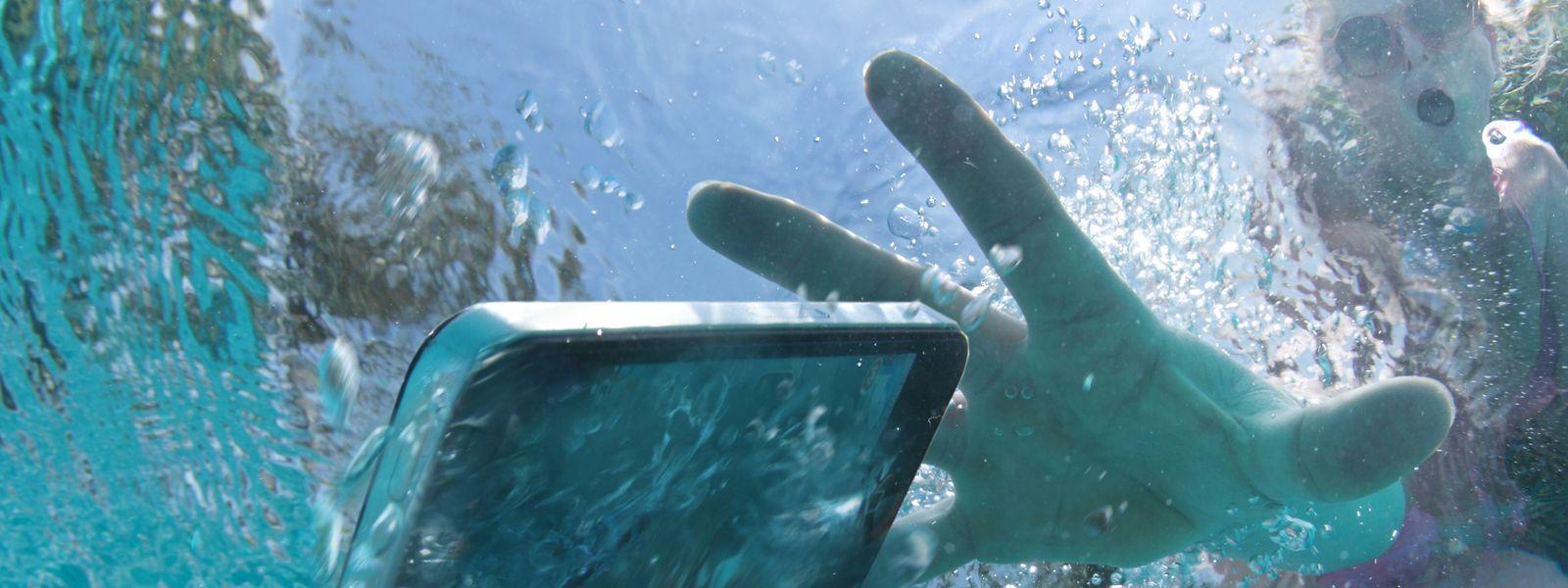 Schwups – und schon liegt das Smartphone im Pool, hoffentlich gut geschützt.