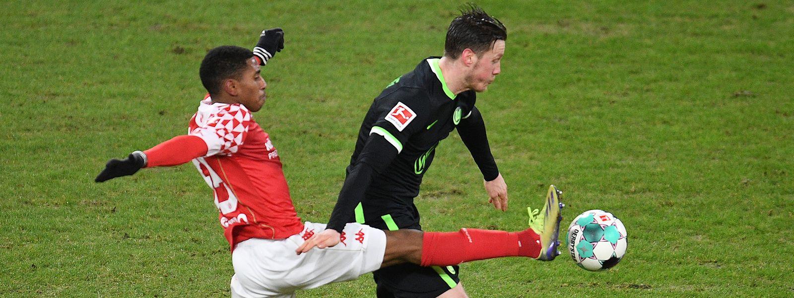 Leandro Barreiro (l.) stört den Wolfsburger Wout Weghorst.