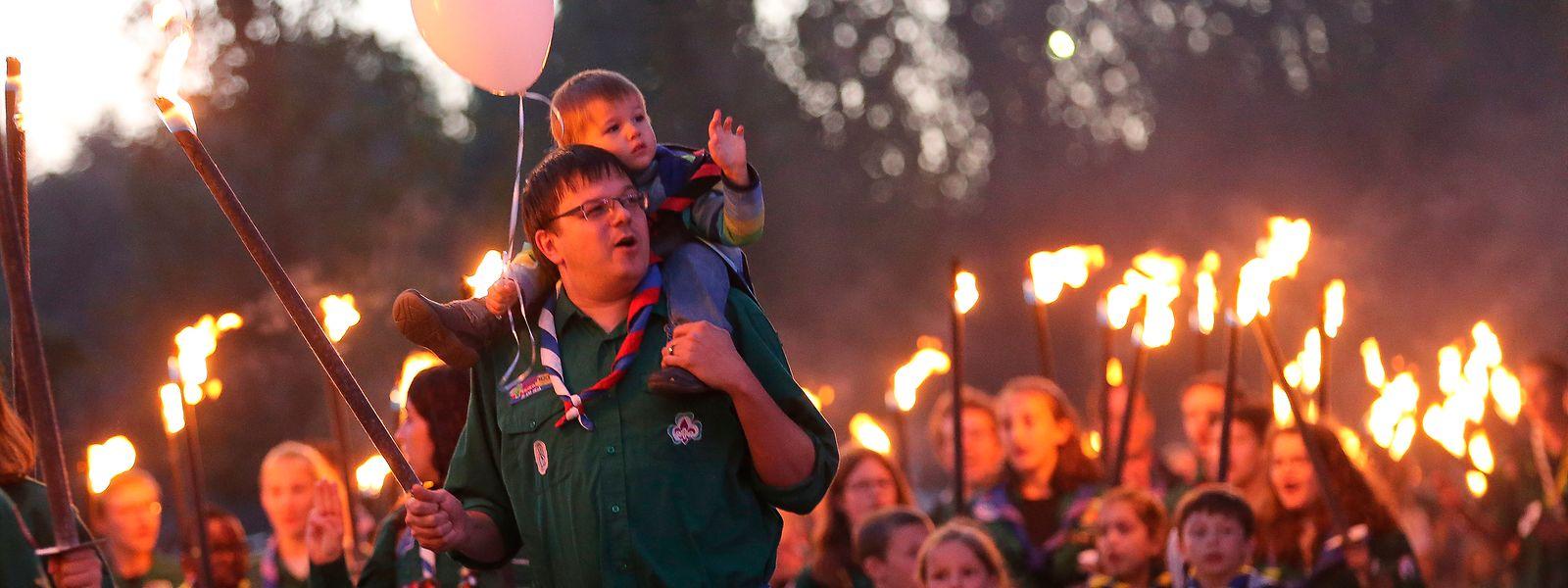 Beim traditionellen Fackelzug am Vorabend des Nationalfeiertages ziehenGroß und Klein gemeinsam mit Fackeln und Lampions durch die Hauptstadt.