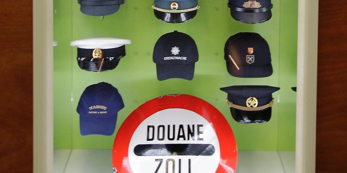 Collection de casquettes et képis de douaniers au musée de Schengen