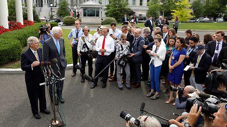 Der republikanische Fraktionschef Mitch McConnell (links) steht der Presse Rede und Antwort.