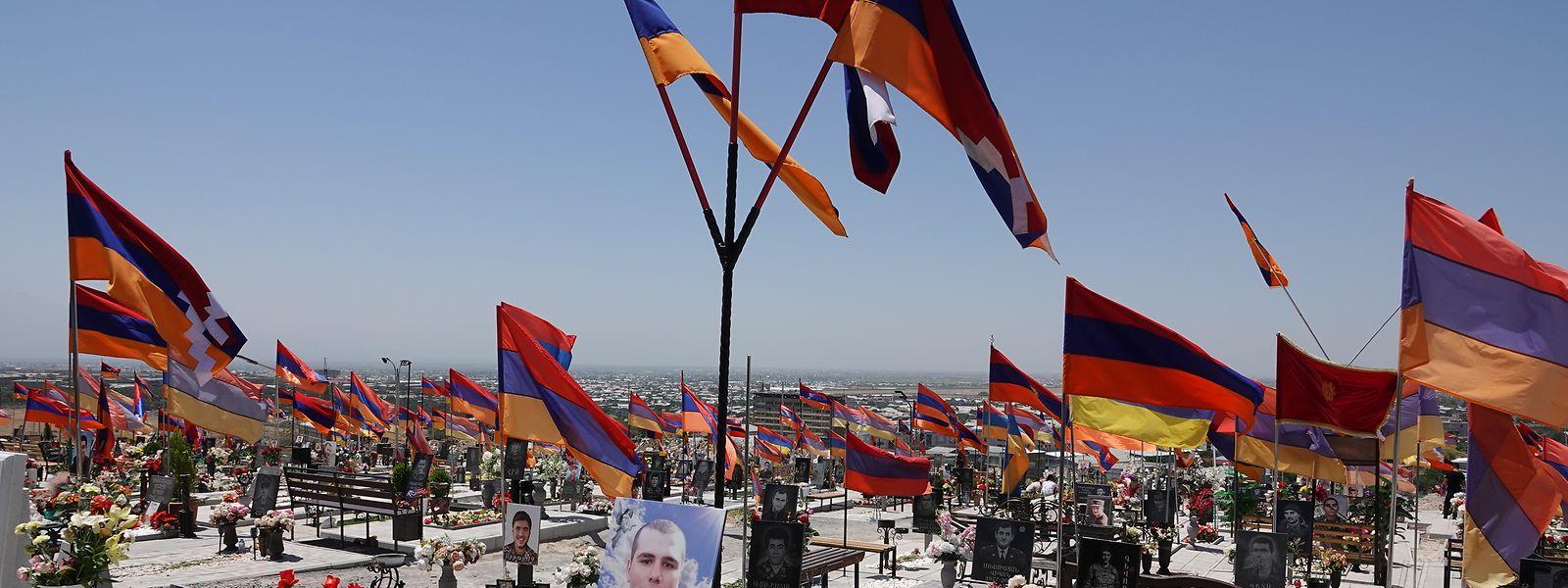 Auf einem Militärfriedhof in Eriwan mit Hunderten Gräbern trauerten auch am Wahlwochenende viele Menschen um ihre Angehörigen, die in Berg-Karabach - der in Armenien so bezeichneten nicht anerkannten Republik Arzach - im Herbst starben.