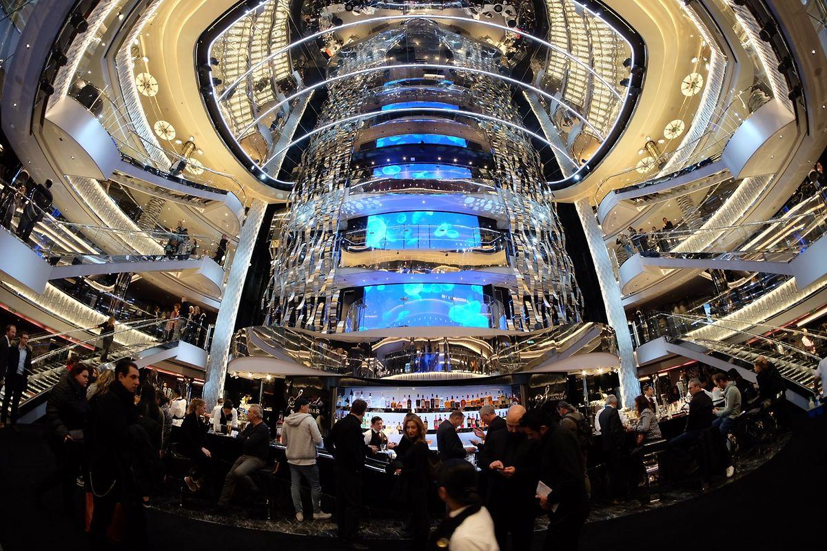 Klotzen – nicht kleckern. Beim Planen des neuen Schiffes tobten sich Architekten, Ingenieure und vor allem die Interiordesigner aus. Das Atrium erstreckt sich über mehrere Decks und ist der Mittelpunkt der MSC Seaside.
