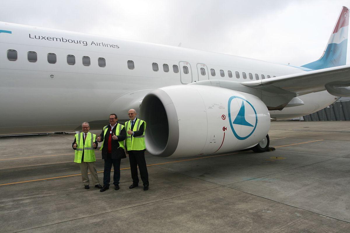 Von links nach rechts: Christopher Morgan, Verkaufsdirektor bei Boeing; Alberto Kunkel, Chef von Luxair-Tours und Adrien Ney, CEO der Luxair vor der dritten 800er der luxemburgischen Fluggesellchaft.