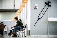 26.04.2021, Berlin: Impflinge warten im Corona Impfzentrum Messe Berlin auf ihre Impfung. Im Impfzentrum der Malteser wird der Impfstoff von Biontech Pfizer an täglich über 3000 Berlinerinnen und Berliner verimpft. Foto: Michael Kappeler/dpa +++ dpa-Bildfunk +++