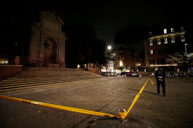 Polizisten stehen auf dem Trilussa-Platz. Beliebte öffentliche Plätze in Rom sollen wegen der steigenden Corona-Infektionszahlen in Italien zeitweise gesperrt werden.