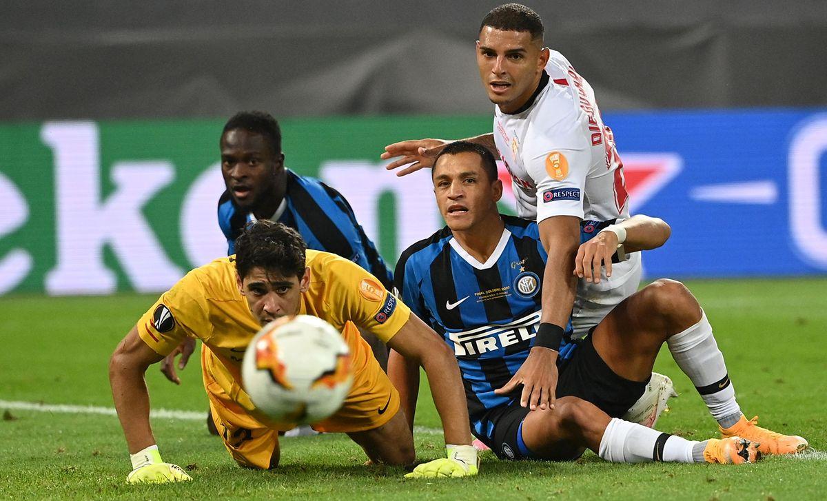 Le gardien de Séville Yassine Bounou et son équipier Diego Carlos, ainsi que l'Intériste Alexis Sanchez suivent avec anxiété la course du ballon