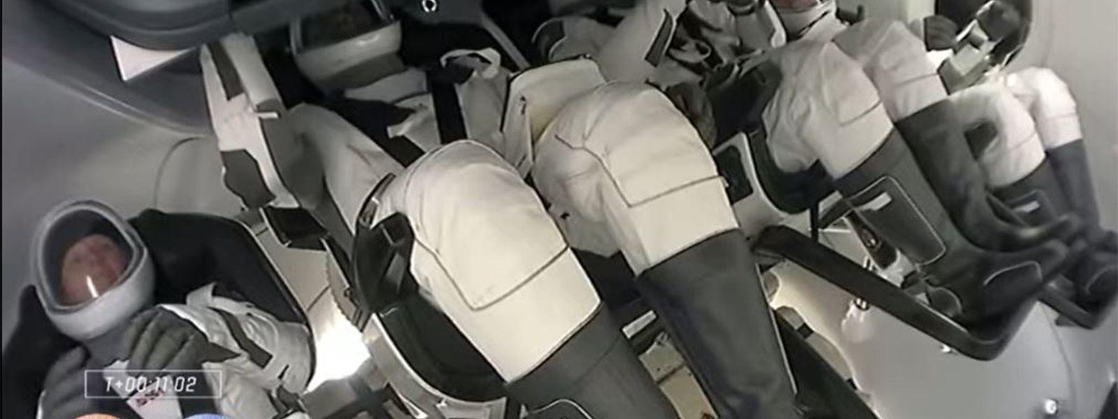 Les astronautes, qui rejoignent dans la station deux Russes et une Américaine, resteront six mois dans le laboratoire orbital, filant autour de la Terre à 400 km au-dessus des océans.