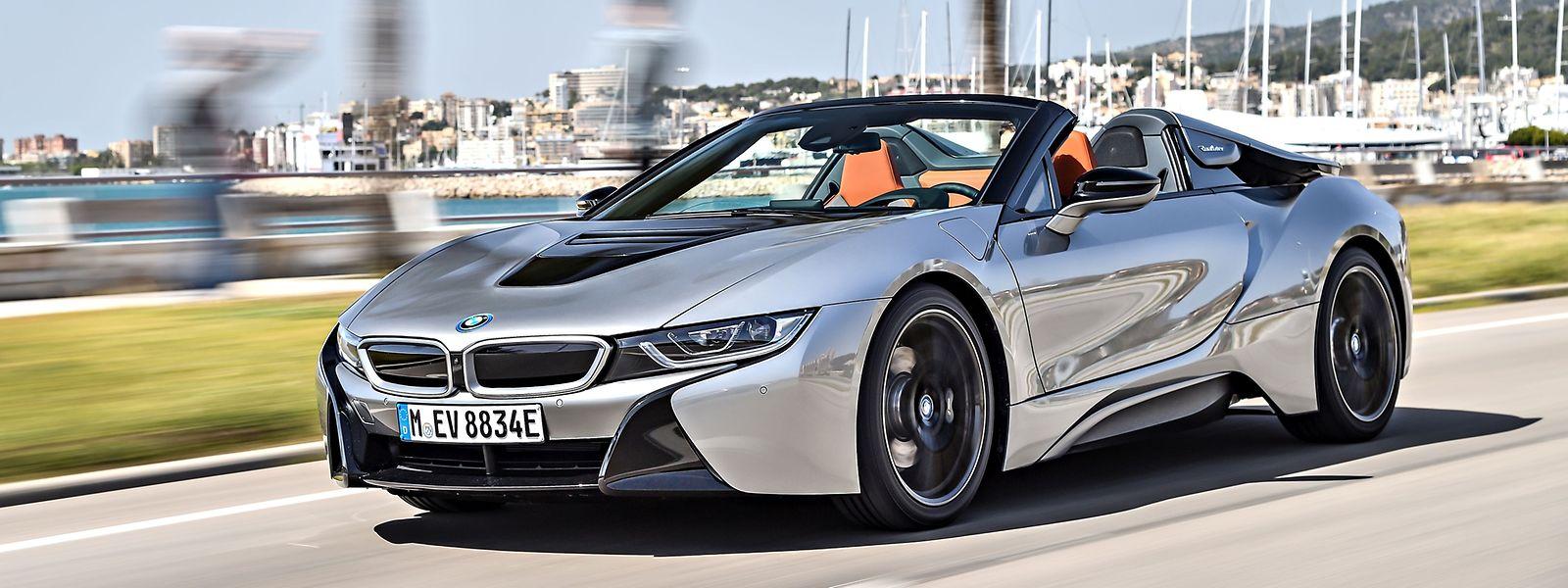 Das vom Coupé her bekannte exklusive Design und die nach oben öffnenden Flügeltüren machen auch den reinen Zweisitzer BMW i8 Roadster zu einem Blickfang.