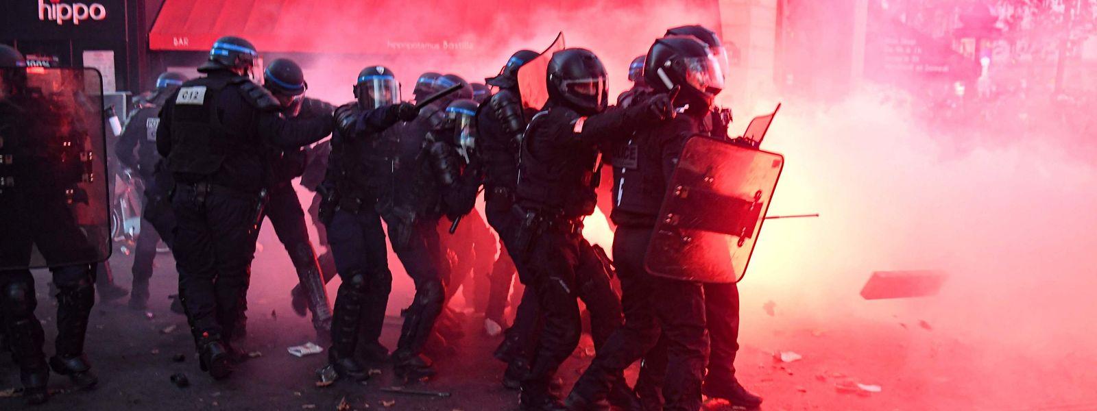 Das Sicherheitsgesetz soll laut Regierung die Polizei besser schützen.