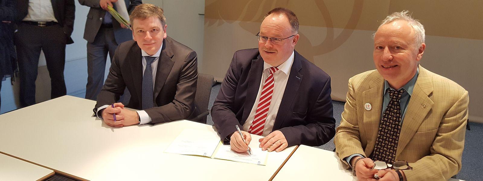 Offizielle Unterzeichnung der Rahmenabkommen: Minister Romain Schneider mit den Vertretern der Croix-Rouge.