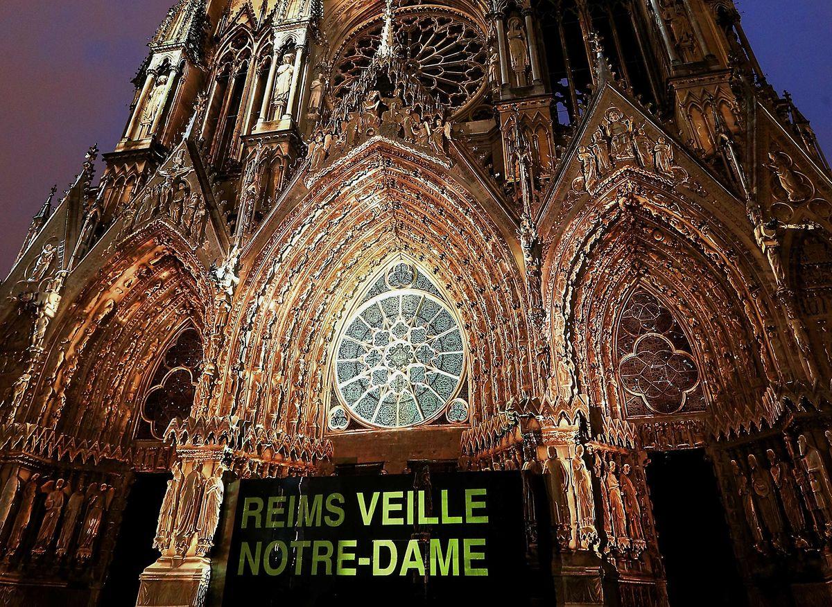 Sur le parvis de la cathédrale Notre-Dame de Reims.