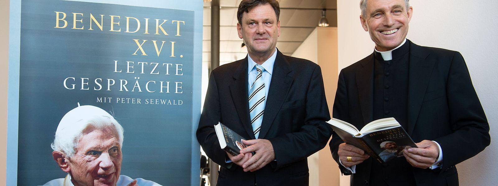 """Papstsekretär Erzbischof Georg Gänswein (r), und Koautor Peter Seewald bei der Pressekonferenz in München zur Vorstellung des Buches """"Letzte Gespräche""""."""