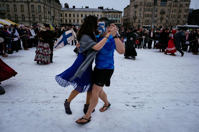 Tampere. In der finnischen Stadt geht es in die letzten Runden des diesjährigen Lumitango-Tanzwettbewerbs. Auf gefrorenem Parkett geht es seit den 1930er-Jahren alljährlich um die Schneetangokrone.