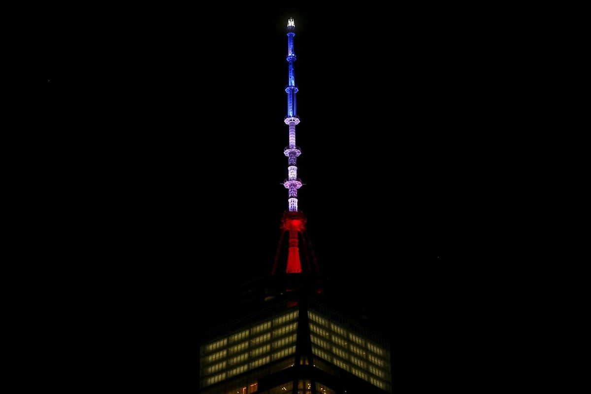 Le World Trade Center illuminé aux couleurs du drapeau français, en l'honneur des victimes des attentats de Paris. Un symbole fort, qui rappelle les horribles attaques du 11 septembre 2001.
