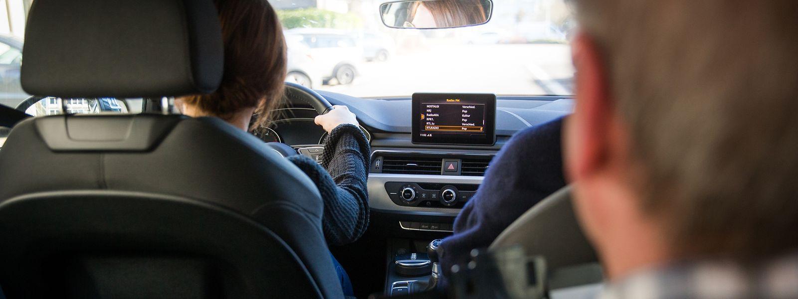 In der praktischen Fahrprüfung gibt es diverse K.O.-Kriterien. Der Examinator achtet aber nicht nur auf klassische Fehler, sondern auch auf das allgemeine Fahrverhalten des Kandidaten.