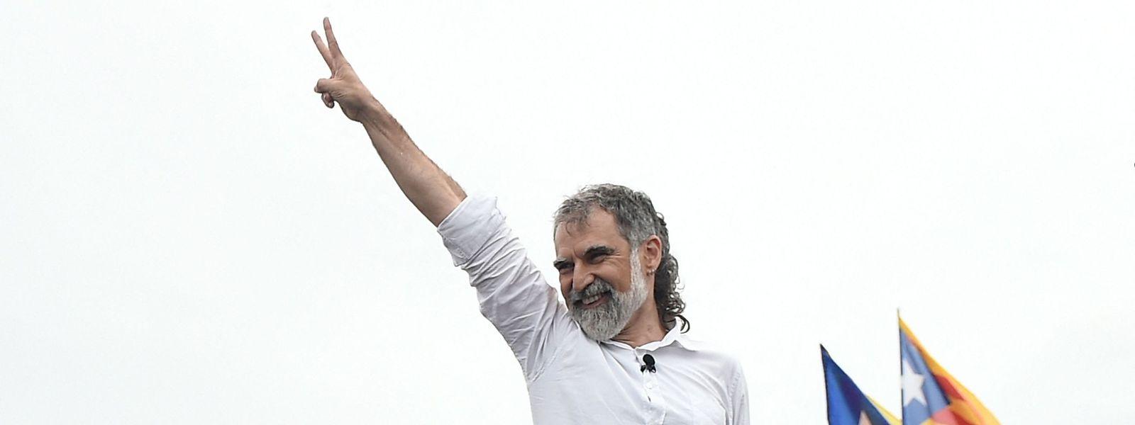 Der Separatist Jordi Cuixart reckt nach seiner Freilassung aus dem Gefängnis die Hand zum Victory-Zeichen gen Himmel.
