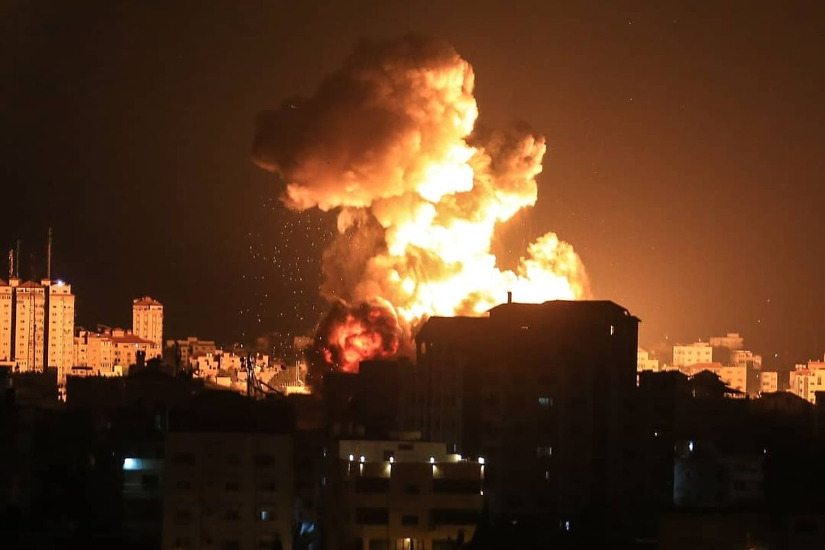 Während Luftangriffen in Gaza explodiert eine Rakete während der Nacht.