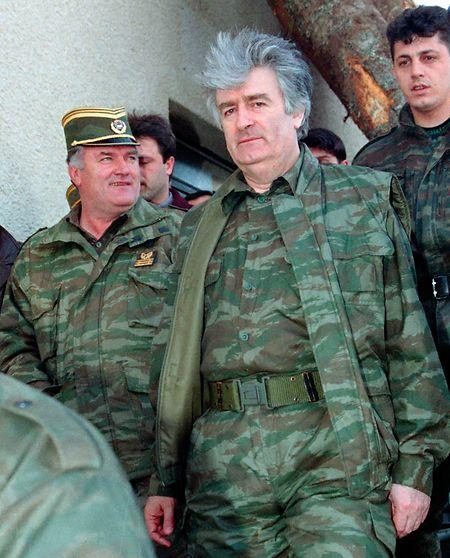 Der bosnische Serbenführer Radovan Karadzic und sein General Ratko Mladic (l.) haben den Völkermord von Srebrenica zu verantworten.