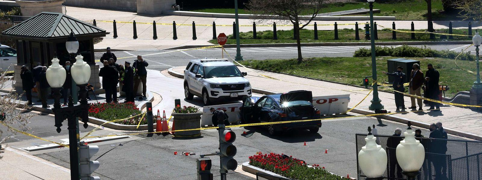 Das Auto rammte zwei an einer Barrikade stehende Beamte. Dann ging der Fahrer zu einem Messerangriff über.